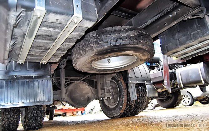 Высокую посадку корейскому грузовику обеспечивают проставки толщиной 100 мм между задним мостом и рессорами