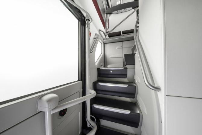 Задняя лестница в автобусе Setra лестница на 2-й этаж.jpg