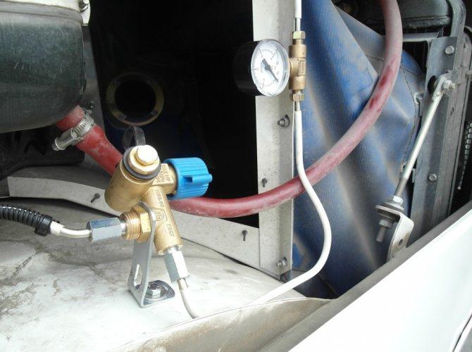 Заправочное устройство ВЗУ в моторном отсеке